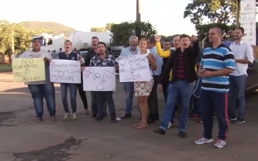 Manifestantes cobram redução no ICMS cobrado no valor da gasolina (Foto: Reprodução/TV Anhanguera)