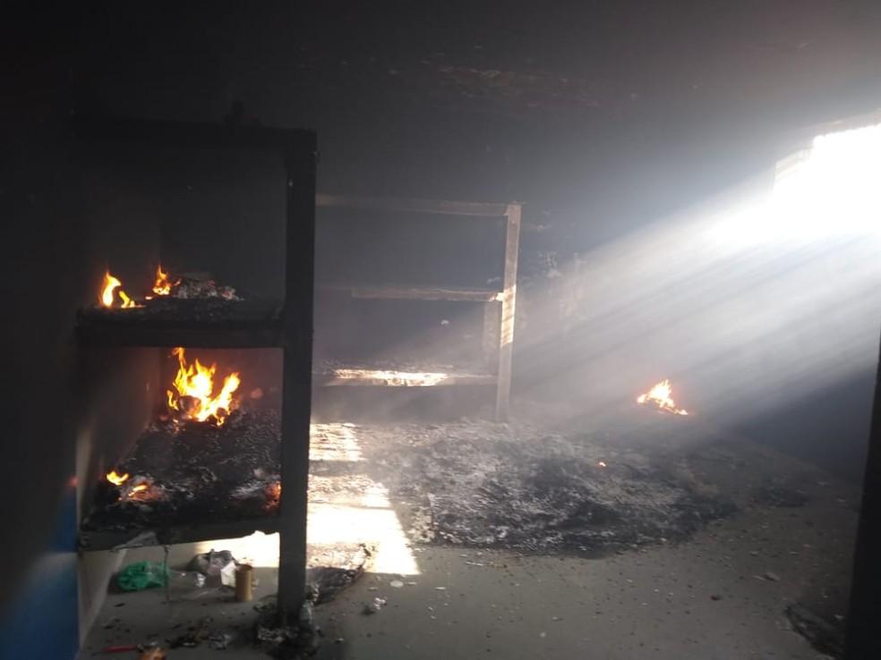 Cela pega fogo após presos incendiarem colchões  — Foto: Casa de Detenção de Cerejeiras/Divulgação