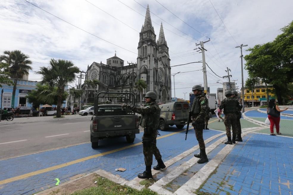 Homens do Exército fazem patrulhamento em Fortaleza durante paralisação de PMs — Foto: José Leomar/SVM