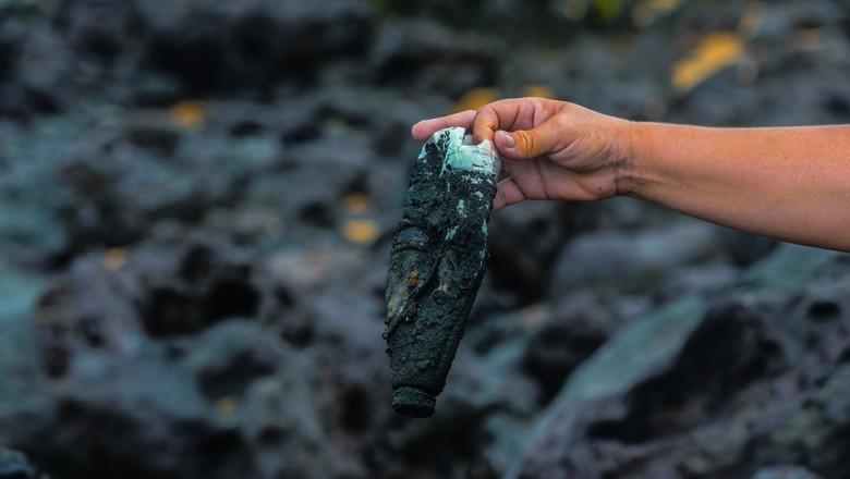 Marcas do combustível derramado por navio petroleiro que chegou à Praia de Tabatinga, no município de Nísia Floresta (RN) (Foto: Léo Caldas)