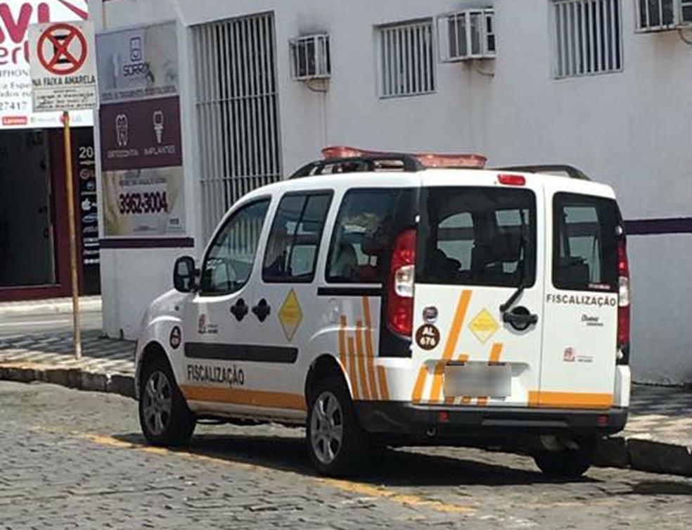 Carro estava parado em faixa de carga e descarga (Foto: Arquivo Pessoal/Lilian Caetano)