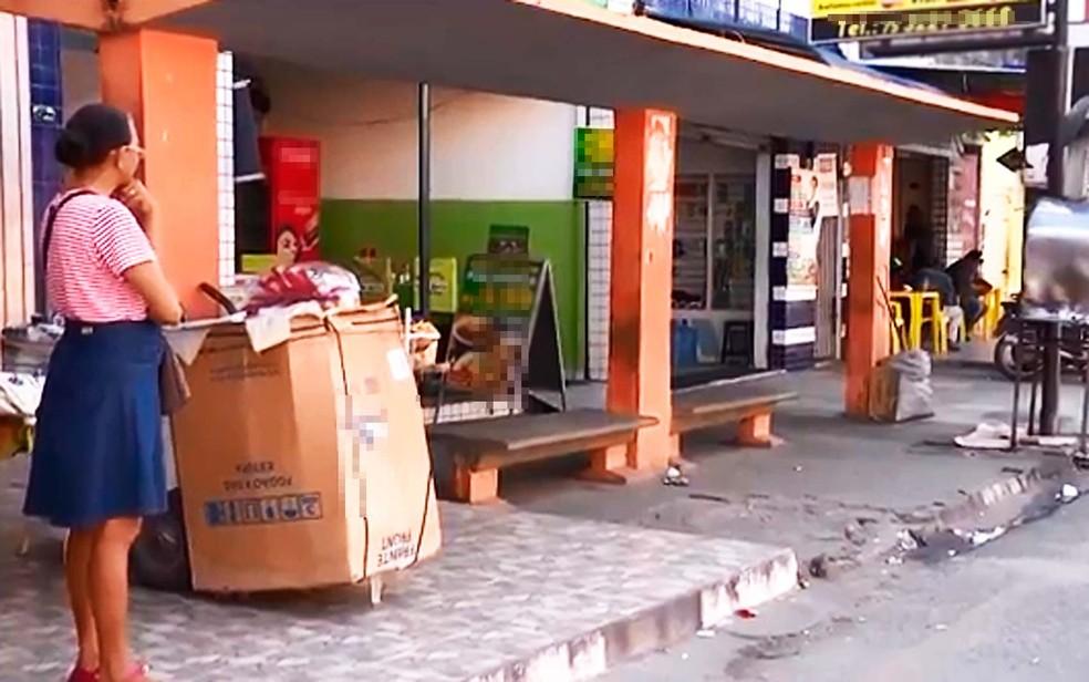 Ponto de ônibus onde jovem foi morta em Feira de Santana (Foto: Reprodução/TV Subaé)