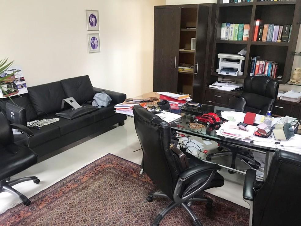 Escritório de Eliel Tavares foi invadido e revirado pelo ladrão  — Foto: Kleber Teixeira/Inter TV Cabugi