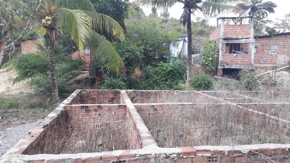 Corpo de Antonio Henrique de Deus, de 25 anos, foi encontrado decapitado no Centro de Moreno, na quarta-feira (22) — Foto: Clarissa Góes/TV Globo