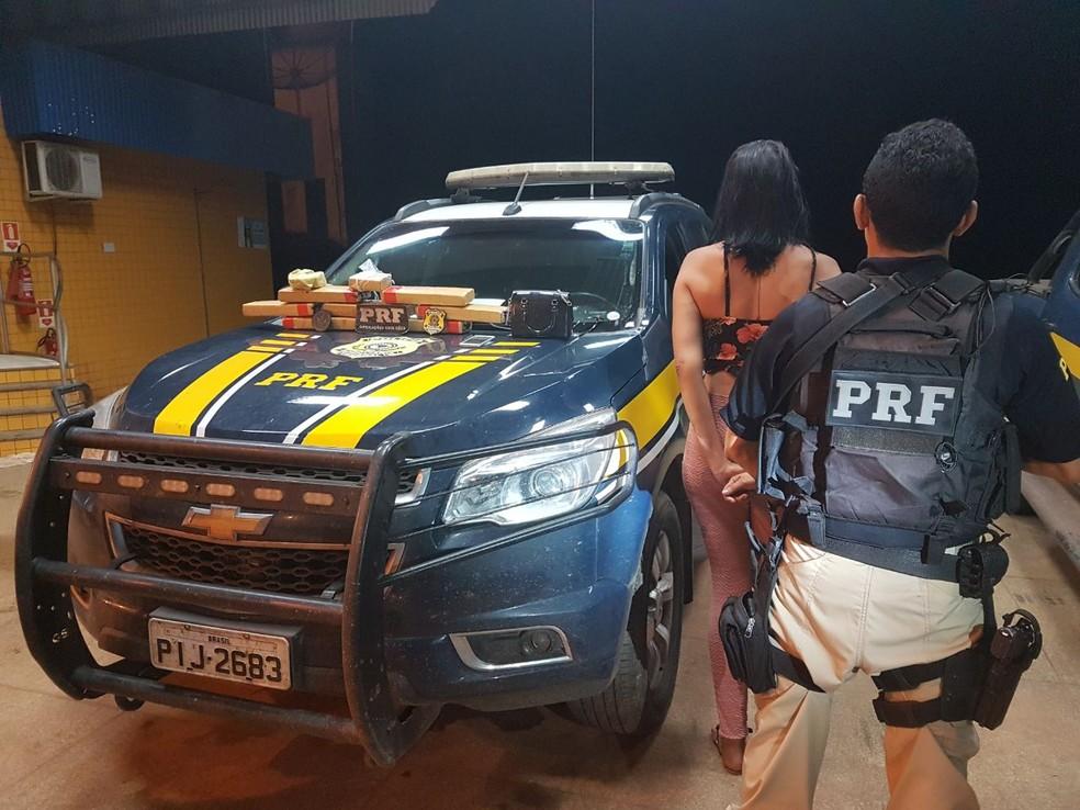 Mulher que não teve a sua identidade revelada foi encaminhada para a Delegacia de Polícia Civil em Açailândia (Foto: Divulgação/Polícia Rodoviária Federal)