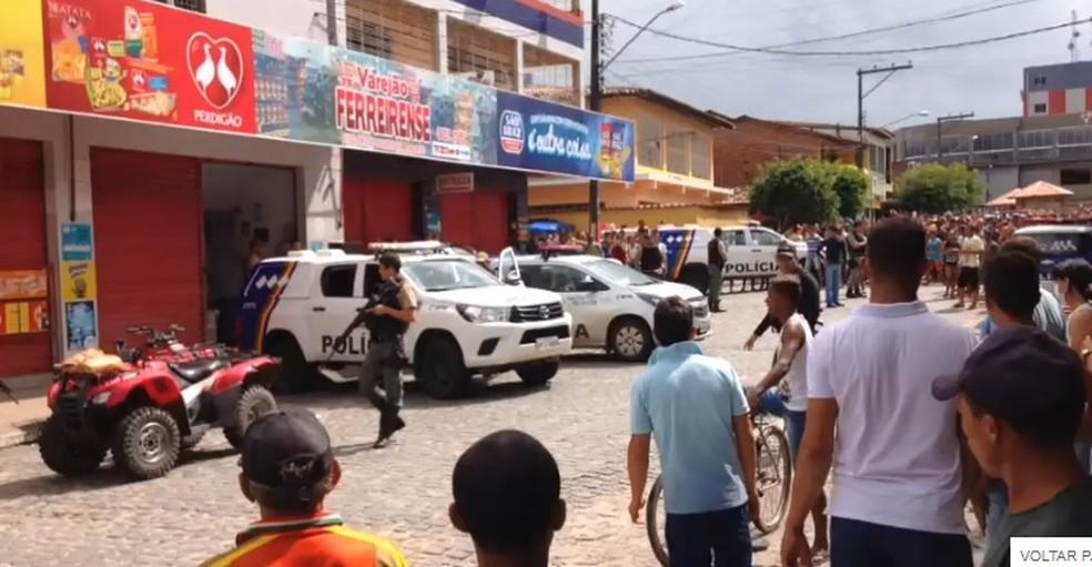 Ladrões foram presos após invadirem supermercado em Ferreiros, na Mata Norte de Pernambuco (Foto: Reprodução/WhatsApp)