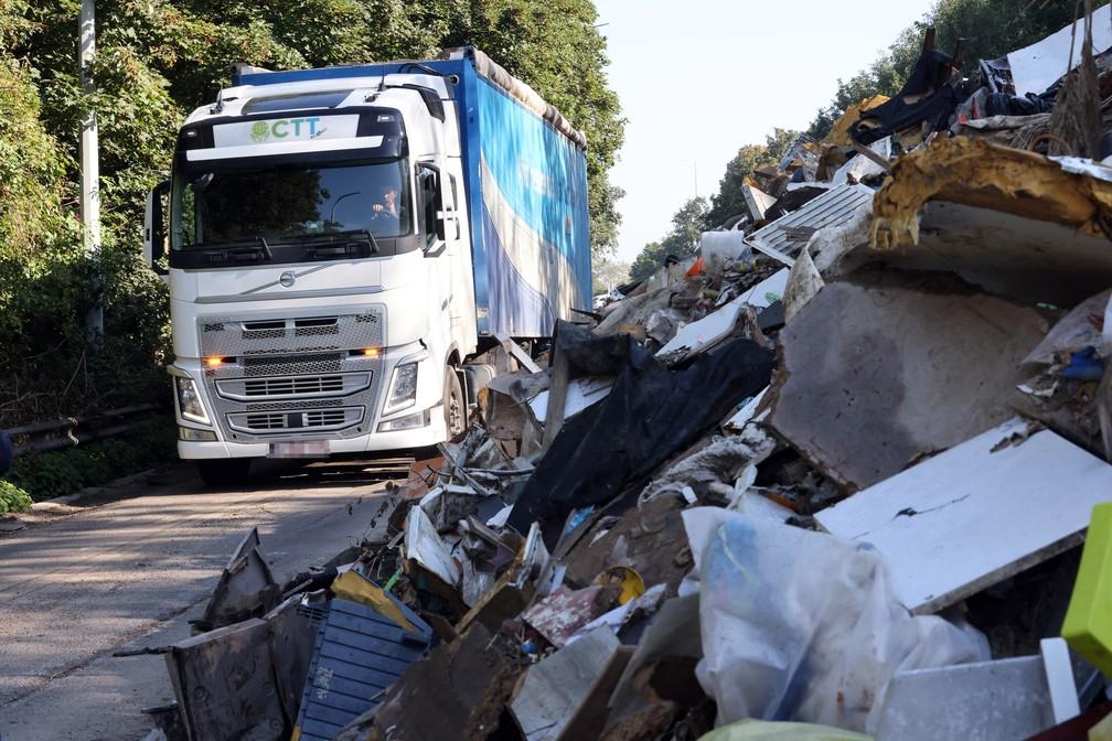 Lixo retirado após enchentes na Bélgica é enfileirado em rodovia, foto de 3 de setembro de 2021 — Foto: François Walschaerts/AFP