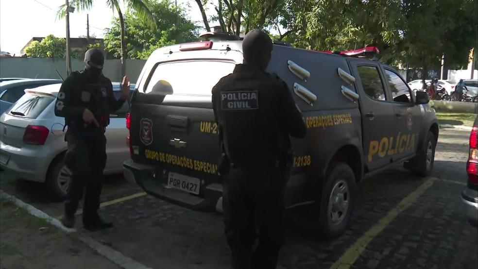 Presos na operação Canoas, da Polícia Civil, foram encaminhados para o GOE, no Recife, nesta quarta-feira (26) — Foto: Reprodução/TV Globo