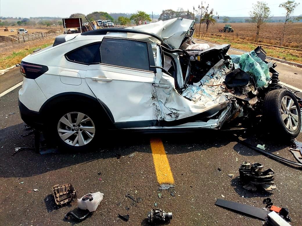 Mulher morre em acidente que envolveu carro e três caminhões na MG-050, em Passos