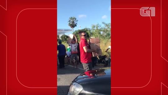 Caminhão tomba na Grande Fortaleza, e população saqueia carregamento; vídeo