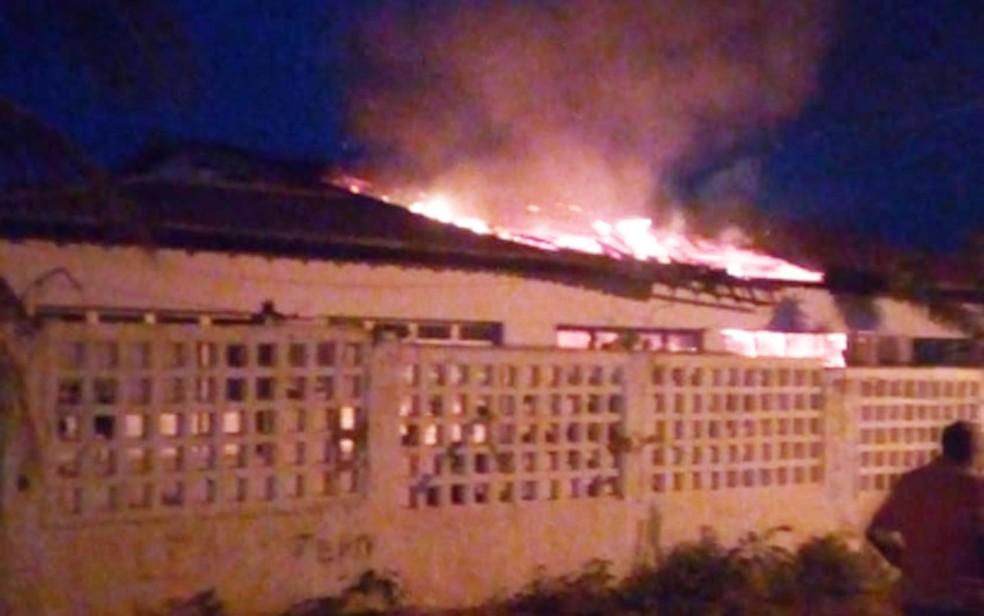 Escola é alvo de incêndio em Rodelas, no norte da Bahia — Foto: Arquivo pessoal
