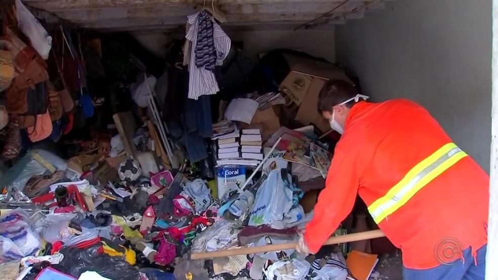 Livros, roupas, brinquedos e bolsas enchiam casa de acumulador em Agudos — Foto: Reprodução/TV TEM
