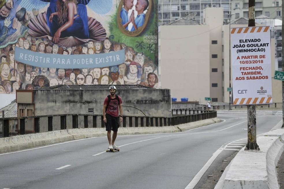 Skatista aproveita o Elevado Presidente João Goulart, o Minhocão no domingo. Foto: Nelson Antoine.