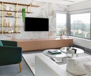 Tons frios e madeira contrastam em apartamento descontraído de 192 m²