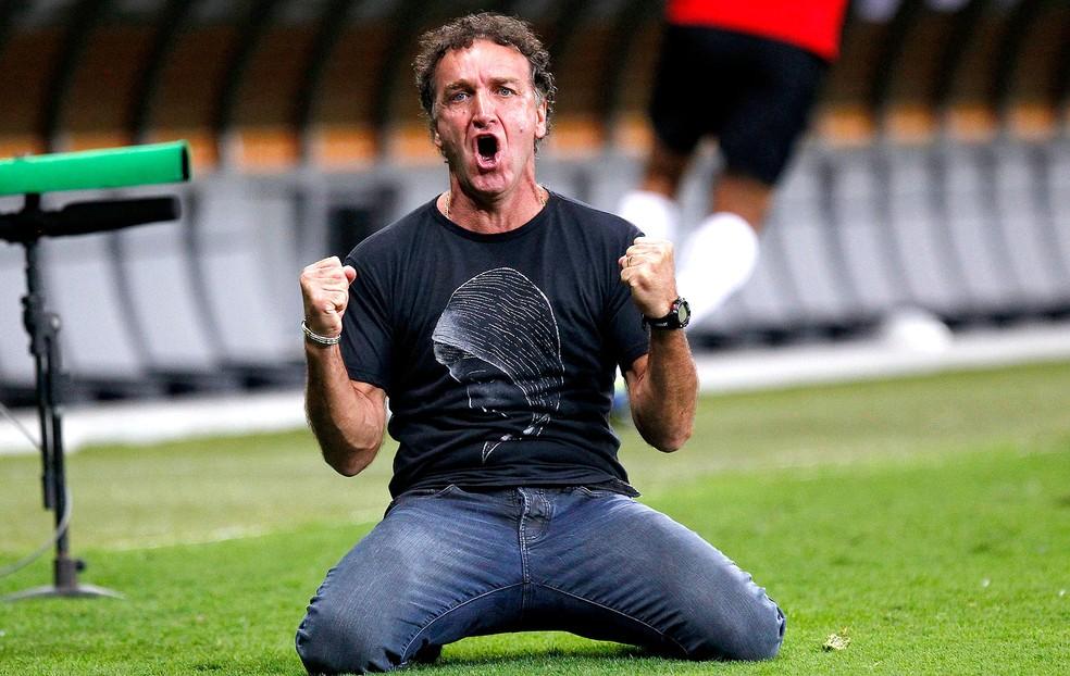 Cuca usou a camiseta de Nossa Senhora na final da libertadores de 2013.  (Foto: AP )
