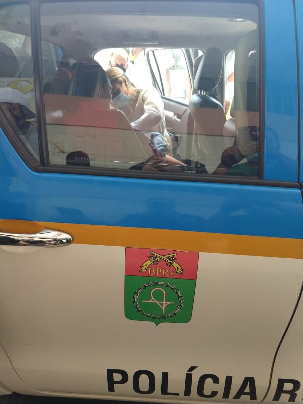 Enfermeira cortou cordão umbilical de bebê dentro de viatura da PM em Campos, no RJ — Foto: Divulgação/PM