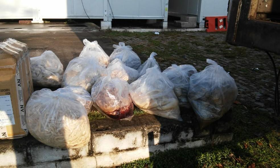 Vísceras de animais estavam embaladas em sacos plásticos sem refrigeração — Foto: Barreira Fiscal/ Divulgação