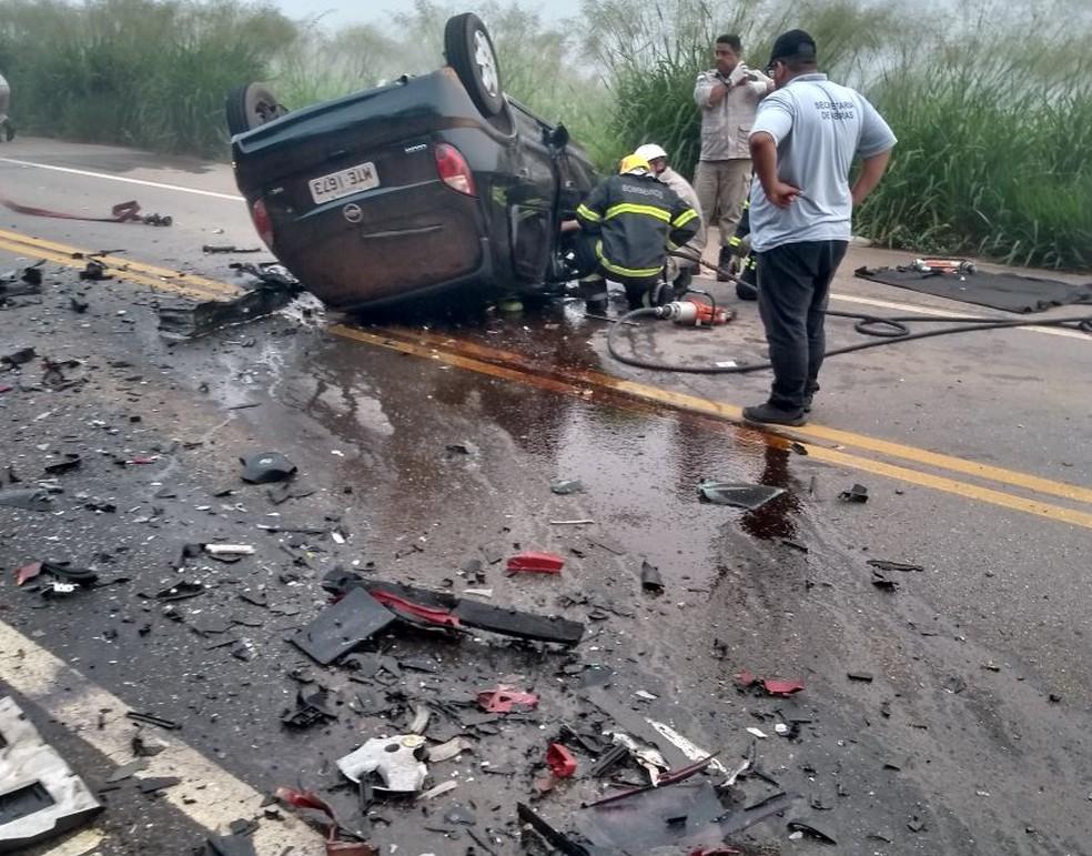 Cinco pessoas morrem em acidente envolvendo dois veículos na ES-080, em Colatina (Foto: Divulgação / Polícia Militar)