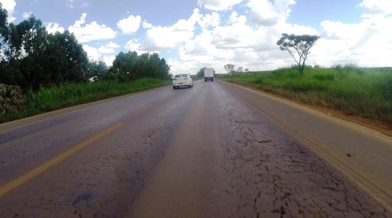 Motoristas reclamam de pista esburacada na BR-354, na região de São Gotardo