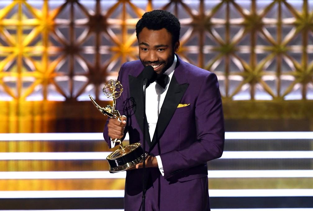 Donald Glover recebe um de seus dois Emmys da noite por 'Atlanta' (Foto: Kevin Winter/Getty Images/AFP)