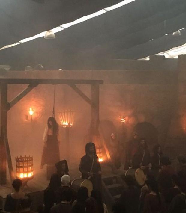 Cena de Catarina sendo enforcada em Deus Salve o Rei (Foto: Reprodução/Instagram)
