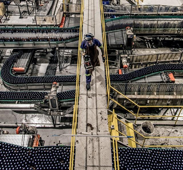 Espalhadas pelo mundo, das fábricas da Ambev (a da imagem fica no Rio de Janeiro) sai uma centena de produtos (Foto: Leo Martins / Agencia O Globo )