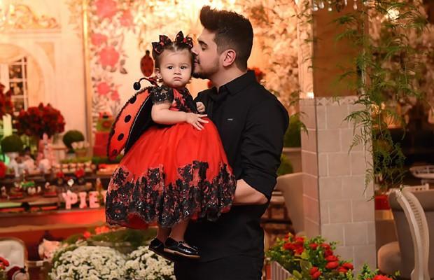 Cristiano e a pequena Pietra (Foto: Livia Cardoso )