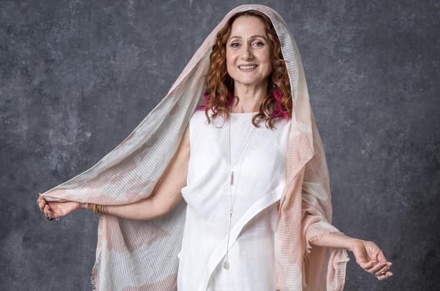 Milu (Zezé Polessa), uma das guardiãs, é dona de uma loja de produtos esotéricos e tem poderes sensitivos  (Foto: TV Globo)