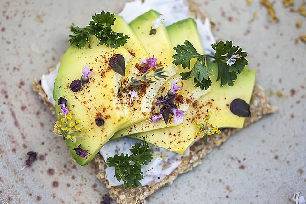 Abacate servido na torrada. Consumidor pode variar uso do fruto na culinária — Foto: Divulgação/Abacates do Brasil