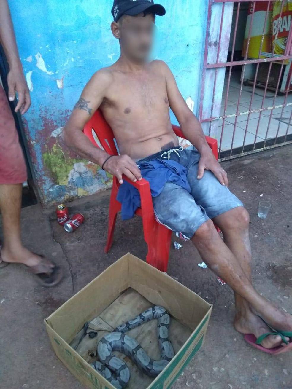 Homem foi preso por usar cobra para assustar moradores que passavam na rua em Várzea Grande — Foto: Polícia Militar de Várzea Grande/Divulgação