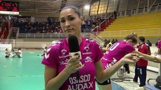 Jaqueline brinca com repórter, pega microfone e entrega jogadoras antes da final do paulista de vôlei