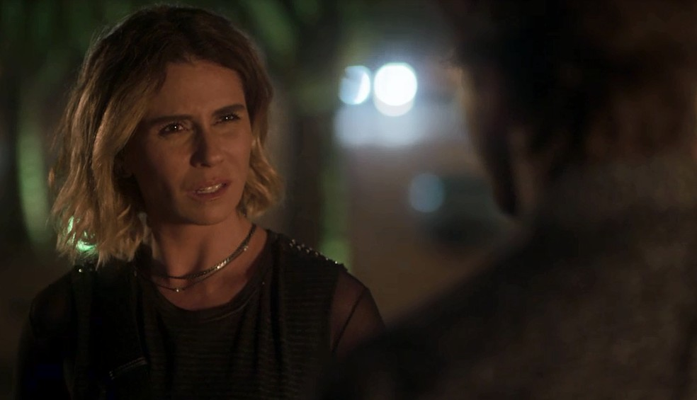 Luzia fica passada ao dar de cara com Remy na entrada do seu flat (Foto: TV Globo)