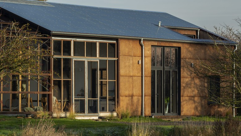 Fachada da Flat House, casa construída a partir de painéis feitos de cânhamo (Foto: Divulgação/Practice Architecture/Oskar Proctor)