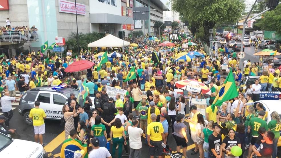 NATAL, 17h30: segundo a organização do ato, cerca de 20 mil pessoas participaram da manifestação realizada na frente do shopping Midway Mall neste domingo (26)  — Foto: Heloísa Guimarães/Inter TV Cabugi