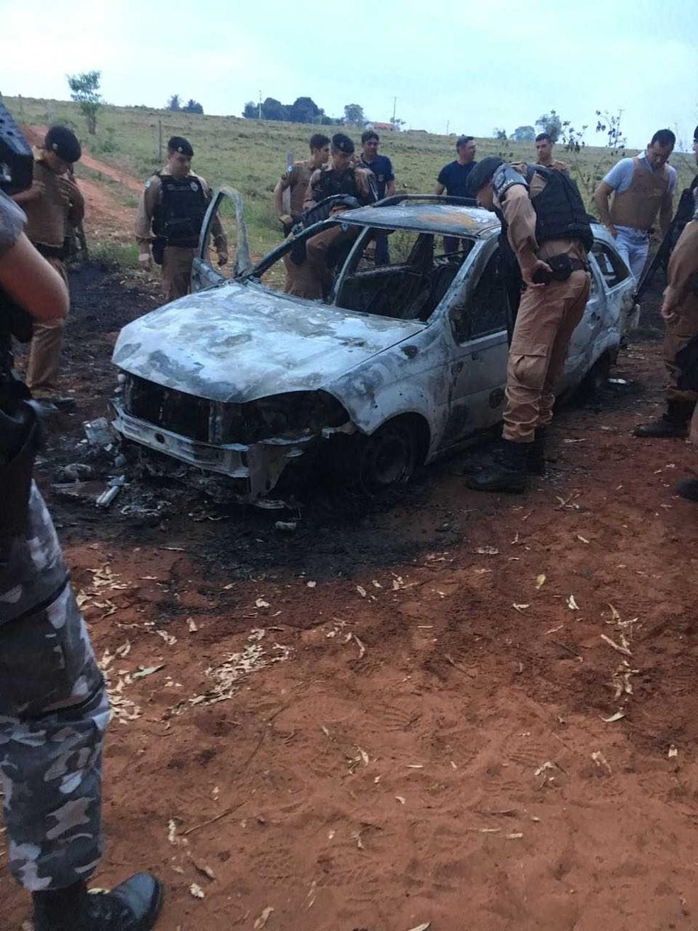 Ainda durante a madrugada, um carro incendiado foi encontrado na mesma região; suspeita-se que seja o veículo usado pelos assassinos (Foto: PM/Divulgação)