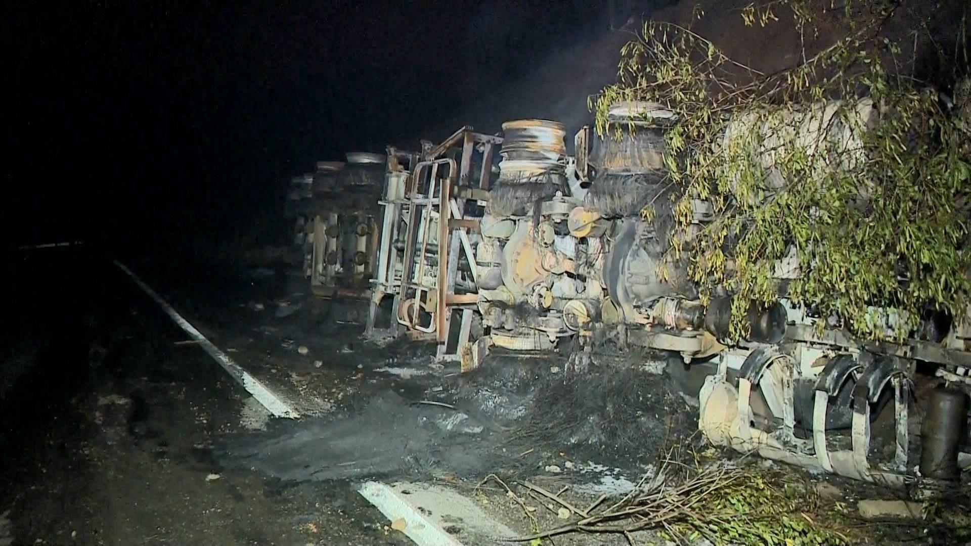 Caminhão tomba e explode em estrada que liga Cachoeiro a Vargem Alta no ES