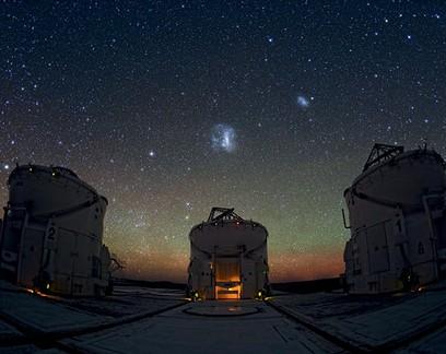 Telescópios do Observatório Paranal (VLT), o mais poderoso da atualidade, inaugurado em 2001 pelo ESO no Atacama