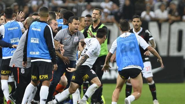 No fim de Corinthians 1 x 0 Vasco, Fagner se desentendeu com Kelvin. Jogadores tentaram apartar briga