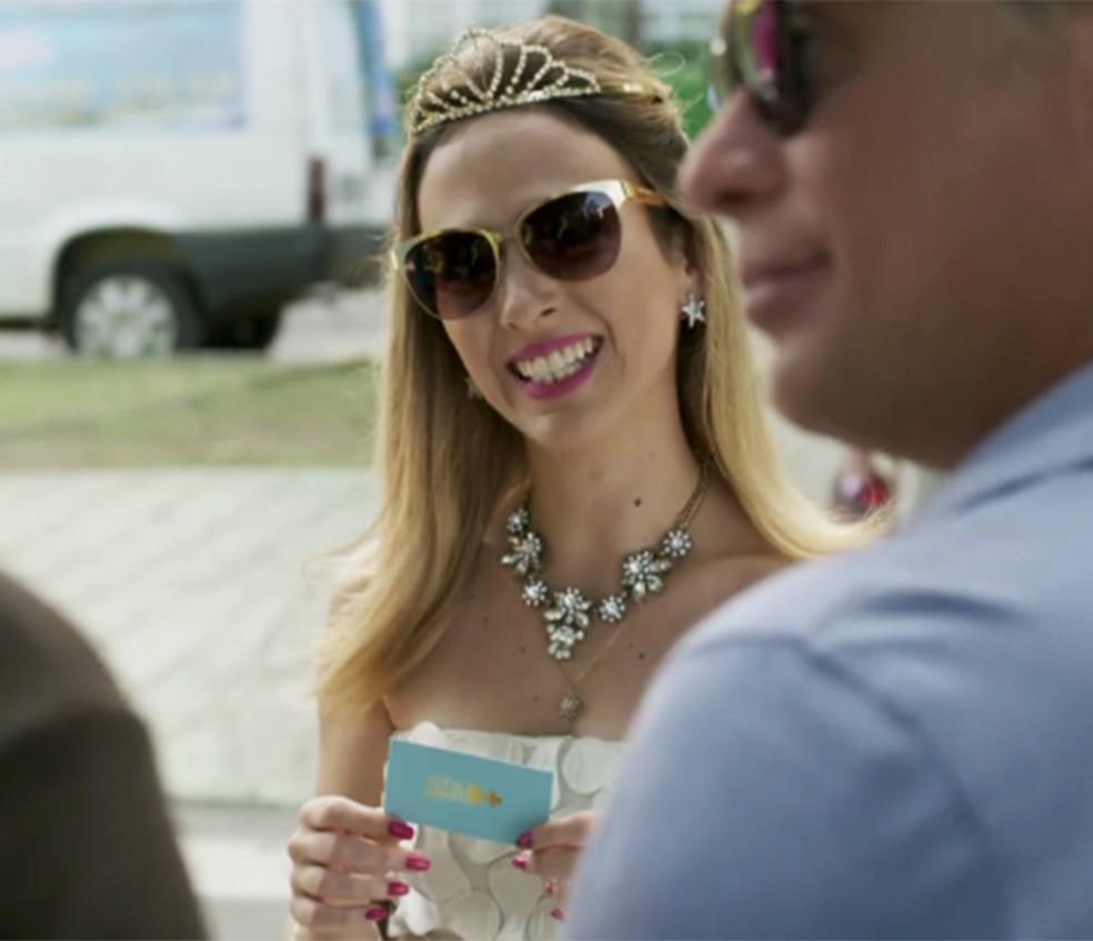 Fedora se encontra com Carolina e Arthur em Totalmente Demais — Foto: TV Globo