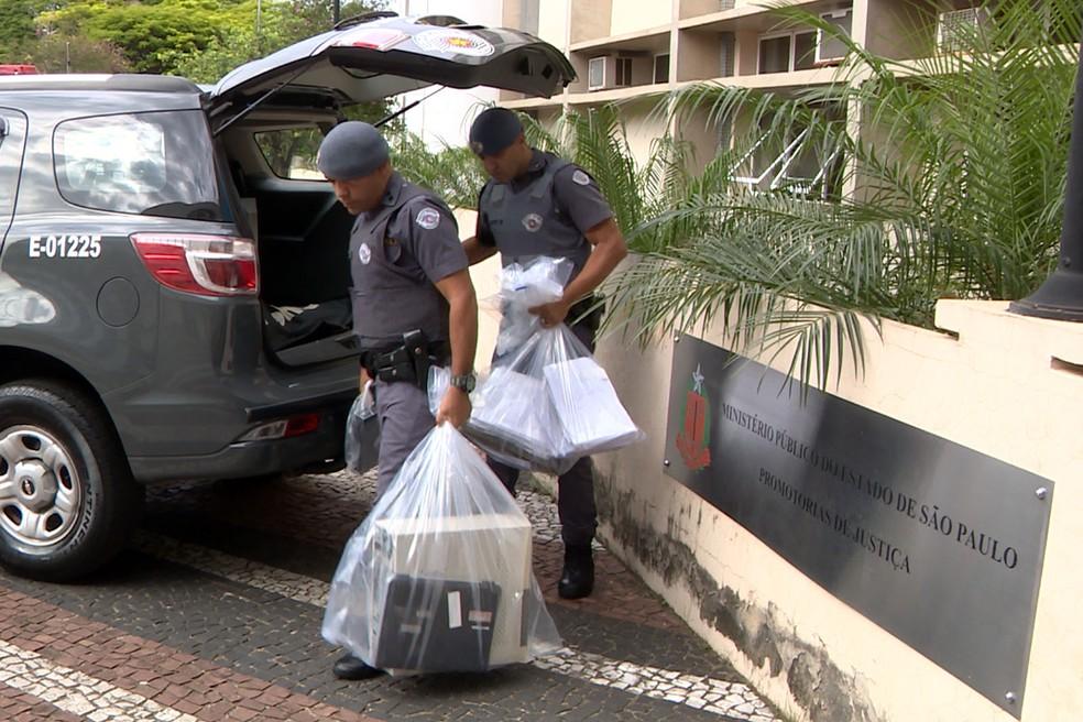 PMs retiram material apreendido durante a Operação Purgamentum na região de Campinas (Foto: Reprodução/EPTV)