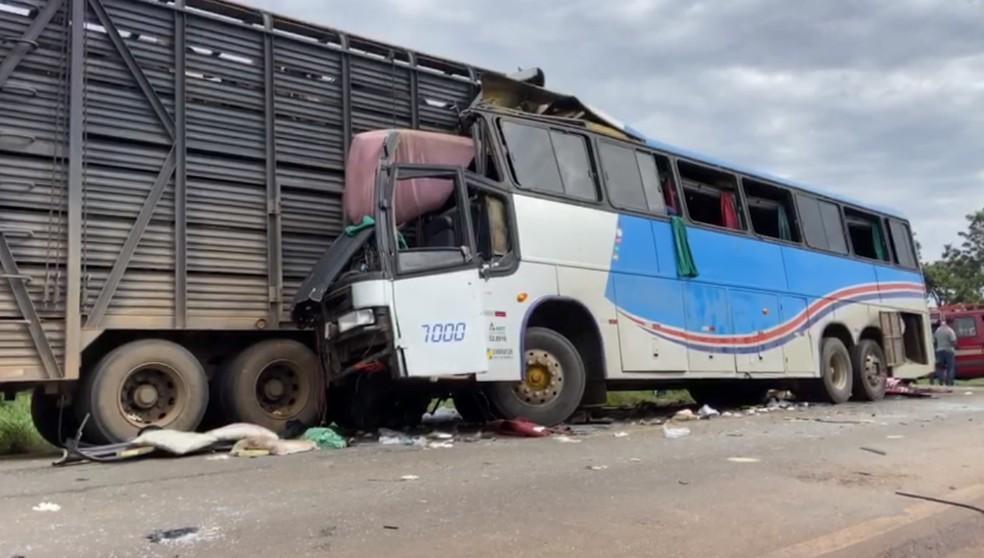 Ônibus bateu na traseira de caminhão na BR-365 em João Pinheiro — Foto: Arcênio Corrêa/G1
