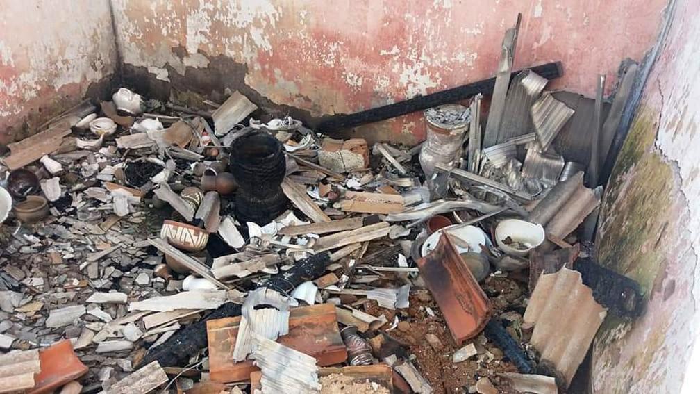Objetos de terreiro são depredados em Nova Iguaçu — Foto: Reprodução/TV Globo
