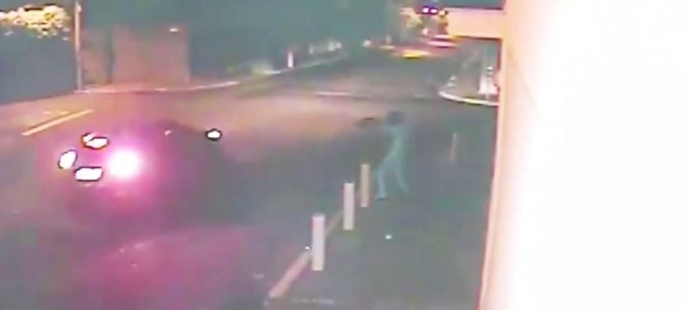 Quadrilha apontou fuzil para motoristas que passam em frente de empresa (Foto: Reprodução/TV TEM )