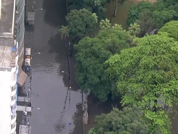 Prédios ficaram isolados na Lapa por causa do alagamento causado pela chuva (Foto: Reprodução/ TV Globo)