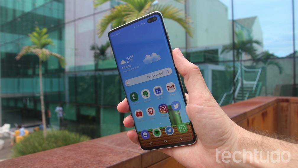 Galaxy S10 Plus: tela de 6,4 polegadas em celular mais leve e fino que o S9 Plus — Foto: Thássius Veloso / TechTudo