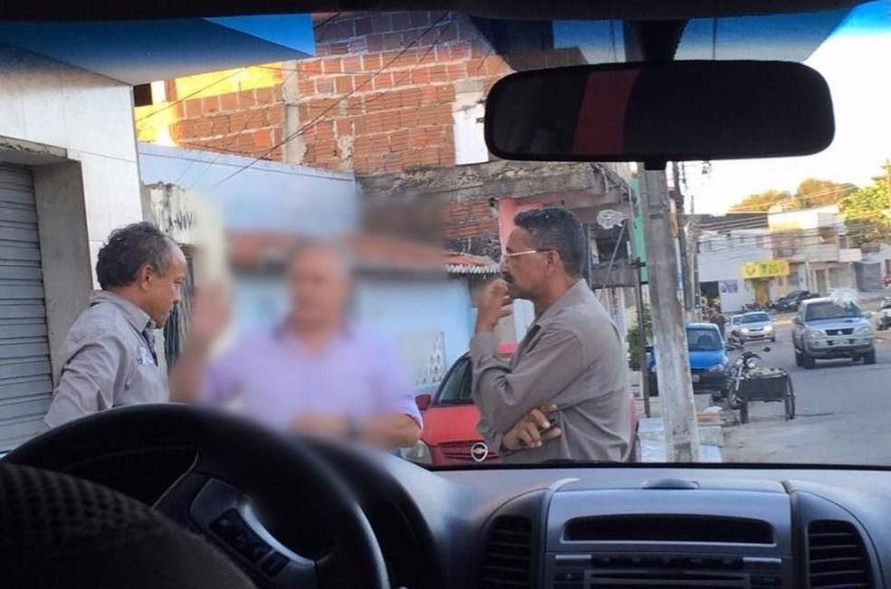 Servidores da Prefeitura de Natal foram flagrados se passando por fiscais ambientais; ao centro (borrada) uma das vítimas (Foto: Divulgação/ Semdes)