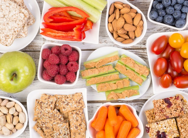 62914016 - healthy snacks on wooden table, top view (Foto: Nutritious Life/ Reprodução)