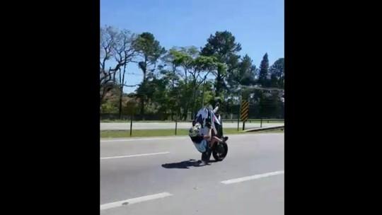 Motociclista empina moto e cai no meio de rodovia em Jundiaí
