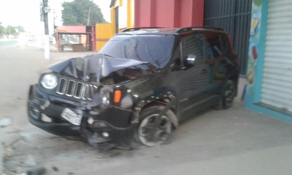 Carro envolvido no acidente com a parte da frente amassada (Foto: Bena Santana/Rádio 94 FM)