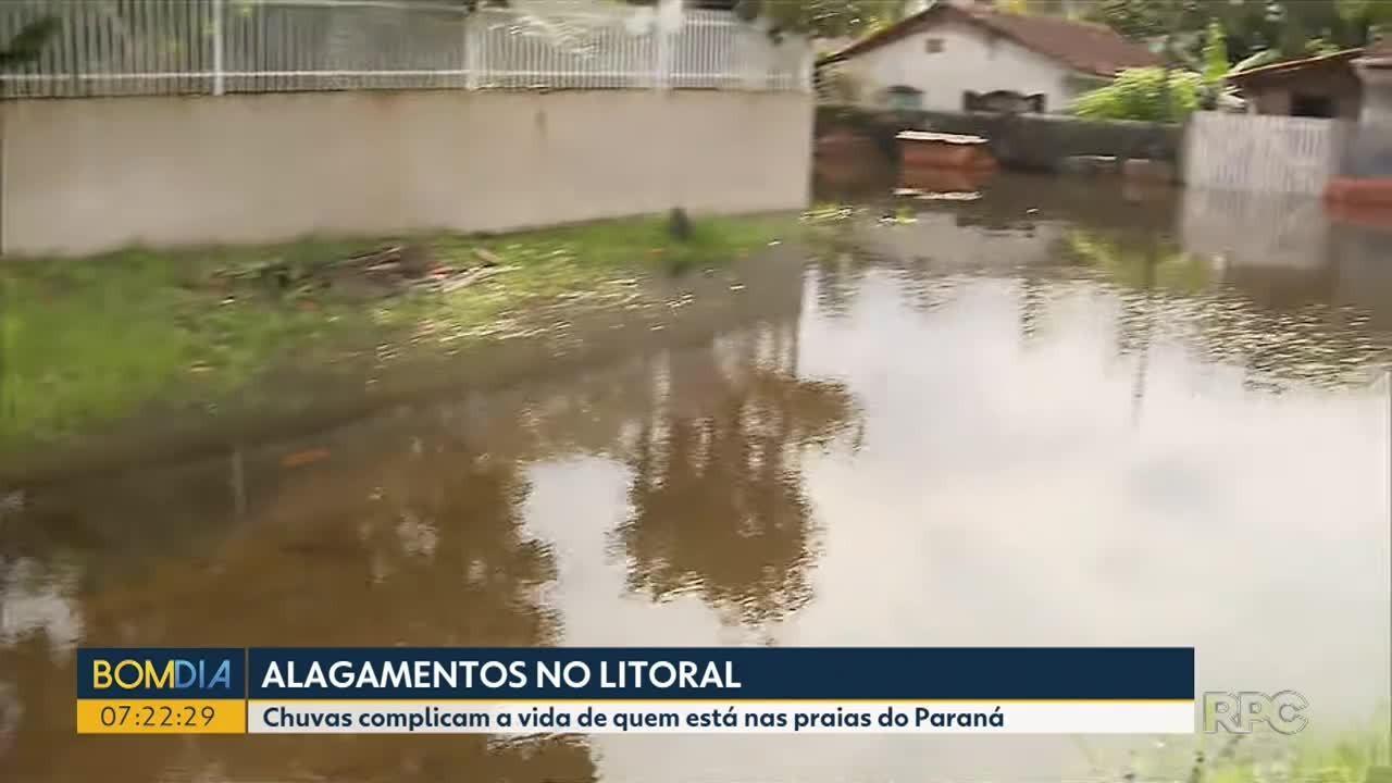 Chuvas complicam a vida de quem está nas praias do Paraná